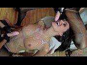 Порно отлизывает клитор стоя перед девушкой на коленях