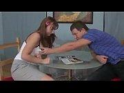 Мужики женщин трахают в горло видео