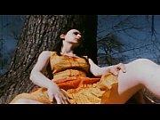 Видео где адной девушке 2 мужика суют в адну дыру