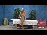 Девушка в спортзале на шпагате голая