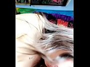 Молодая девушка дома занимается сексом со своим другом видео