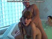 Девушки смотрят на брызги спермы