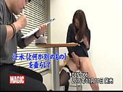 新卒の新人オフィスレディが入社直後に研修でテマンされ多量失禁 【エロ動画】