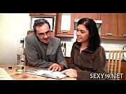 Порно видео онлайн одна кровать доводит до секса