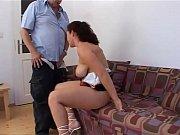 Порно мамочка на широкой кровати