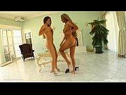 Порно видео скритая камера в пляжной кабинке