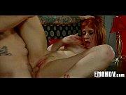 Женщина показывает половые органы