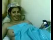 Женщина раздвинула пизду и показала матку