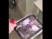 Малышка делает массаж члена язычком порно видео