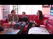 Онлайн видео в домашней обстановке ебет в жопу
