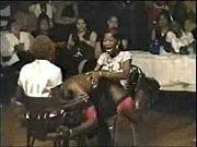 Попасть на черный длинный член негритоса в ретро порно охотно хотела Саманта и кошечка Биатрис