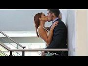 Видео стрептиз в клубе и где мущина трогает женскую грудь или сиски