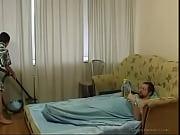 млада дъщеря почистване на стаята получава прецака от стар баща