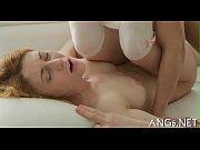 Как блондинка мастурбирует видео