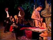 Порно мужик в чорном трахает в очко брюнетку в красном платьє