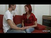 Милая рыжеволосая деваха обслужила клиента своими руками, по полной вздрочнув его стоячий кол