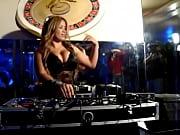 DJ mostra os peitos