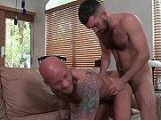 Gay tatuado dando o cu de quatro para o ativo gostoso