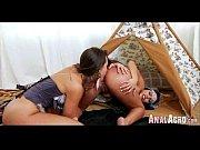 Девушка позирует с анальной пробкой в попе