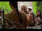 Порно с подргой возле холодильник сестр манстрбировл з стеной
