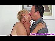 Муж просит друга полизать у жены