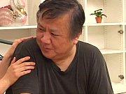 moden asiatisk husmor og mannen gjør hot sex