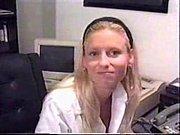 Длинноногая блондинка дрочит порно