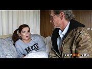 Молодой парень трахает молодую девушку с сексуальными ногами на диване в колготках босекои