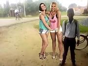 Властная блондинка с волосатой пиздой унижает раба