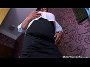 Видео девушка за сунула проклатку в письку