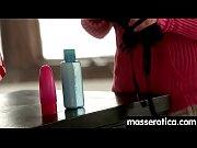 Как лизбиянки трахают друг друга огромными вибраторами видео смотреть