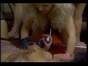 Мамаша с волосатой сикой мастурбирует и кончает струей видео