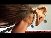 Мамка с большими сиськами дает лизать дочке