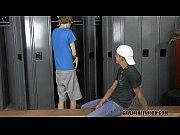 Novinhos fazendo sexo no vestiário da escola