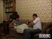 Pai come a filha loira no sofá de casa