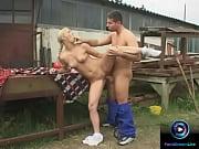 Гей парень мастурбирует на тело зрелой даме