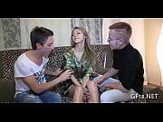 Порно парня с двумя девушками блондинками возле камина