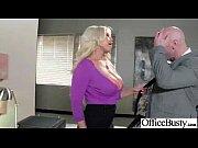 Женщина в возрасте с большой грудью