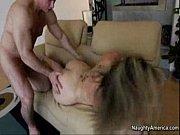 Девушка сосет грудь видео