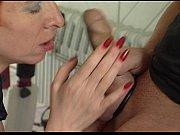 Старый женщина делает эротический массаж минет