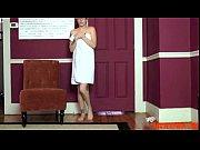 Русская девушка танцует стриптиз дома перед друзьями