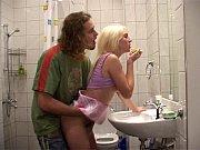 baño el en hermano mi con Follando