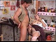 Молодая девушкасексуально мастурбирует на кравате