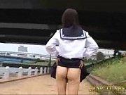 【JK動画】お外で大胆!ノーパンでチラリ露出しちゃうセーラー服の女子校生