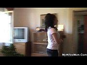 Видео как красивая молодая женщина раздевается в ванной