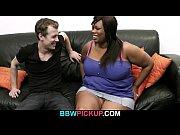Стройная девушка раздевается и показывает свое тело видео