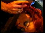 Брюнетка мастурбирует дома веб камеру