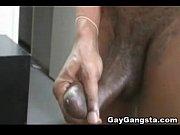 Девушка скрыто мастурбирует в общественном месте