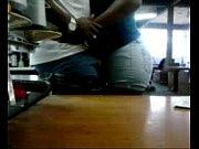 Заводящая азиатка умело работает ручками и ротиком
