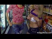Порно блондинку в голубой кофточке на вечеринке трахнули на барной стойке на глазах подружек